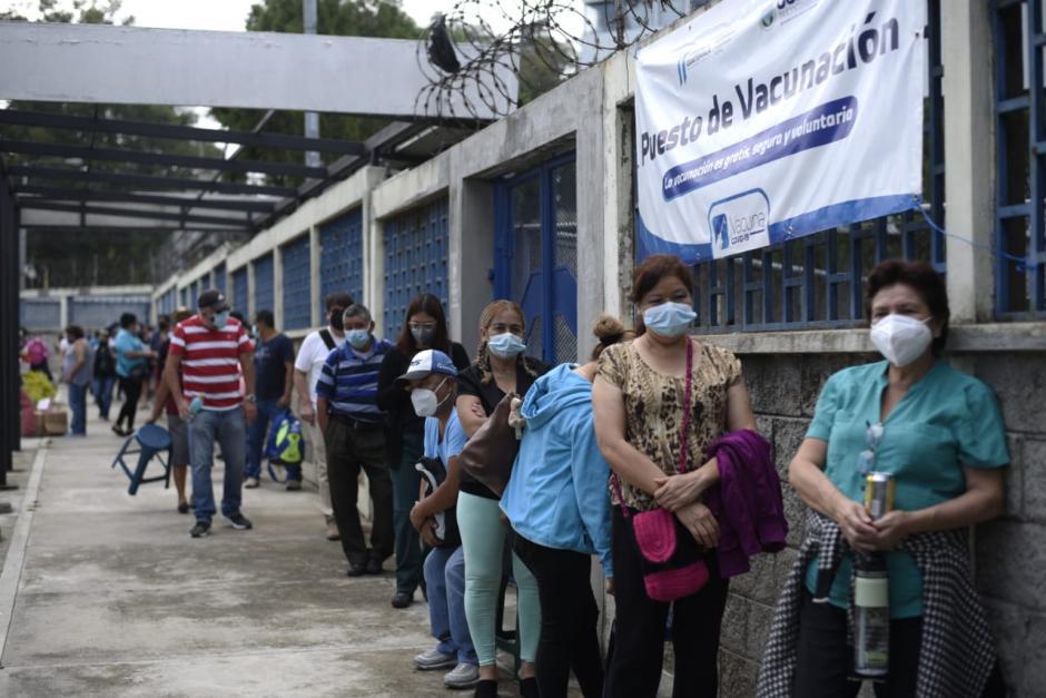 En el CUM cientos de guatemaltecos aguardan su turno. (Foto: Wilder López/Soy502)