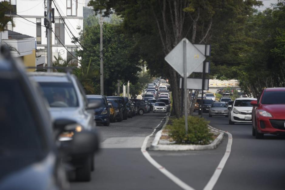 Así el tráfico en cercanías del centro de vacunación del CUM. (Foto: Wilder López/Soy502)