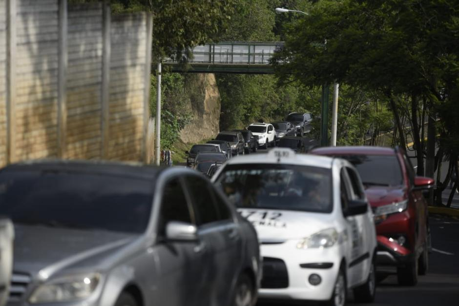 En el centro de vacunación de la URL hay largas filas de vehículos. (Foto: Wilder López/Soy502)