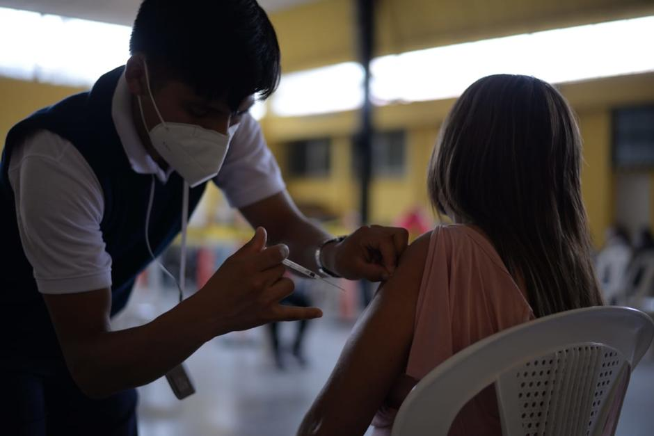 Una mujer recibe la primera dosis de la vacuna contra el Covid-19, en el mismo centro donde fue vacunada Roxana Baldetti. (Foto: Wilder López/Soy502)
