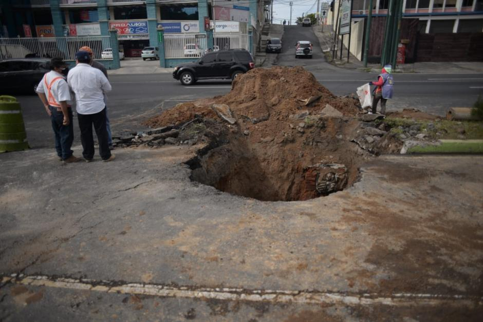 El hundimiento se encuentra en el kilómetro 13 de la calzada Roosevelt, jurisdicción de Mixco. (Foto: Wilder López /Soy502)