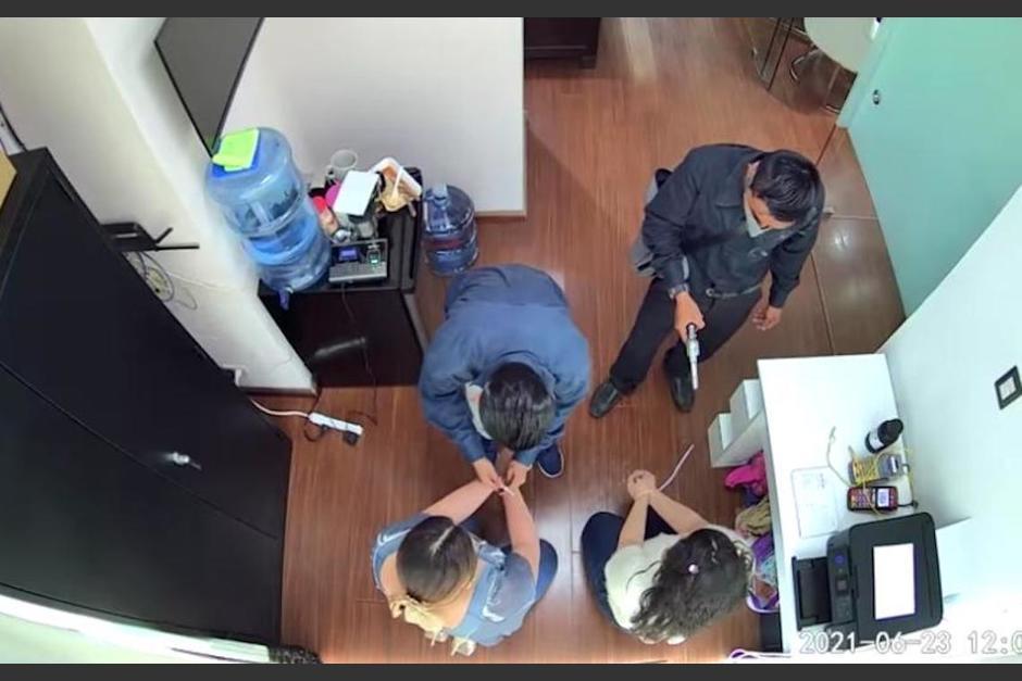 Imágenes del asalto ocurrido en joyería. (Foto: Captura de pantalla)