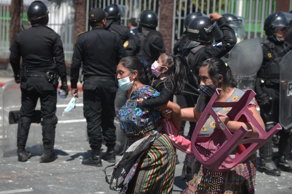 Locatarias del mercado municipal tratan de escapar de los disturbios. (Foto: Wilder López/Soy502)