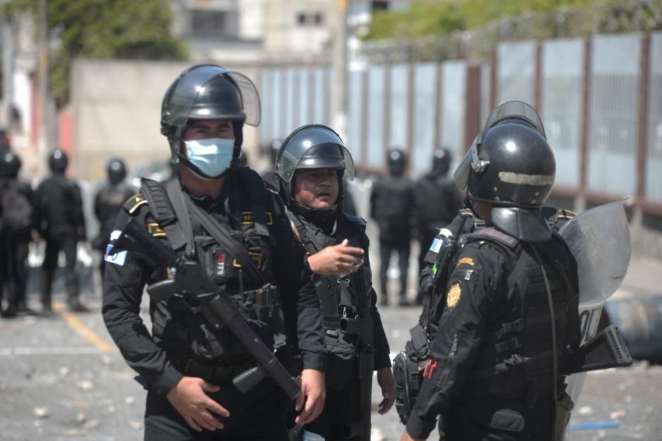 La PNC intenta evitar agresiones entre residentes contra invasores. (Foto: Wilder López/Soy502)