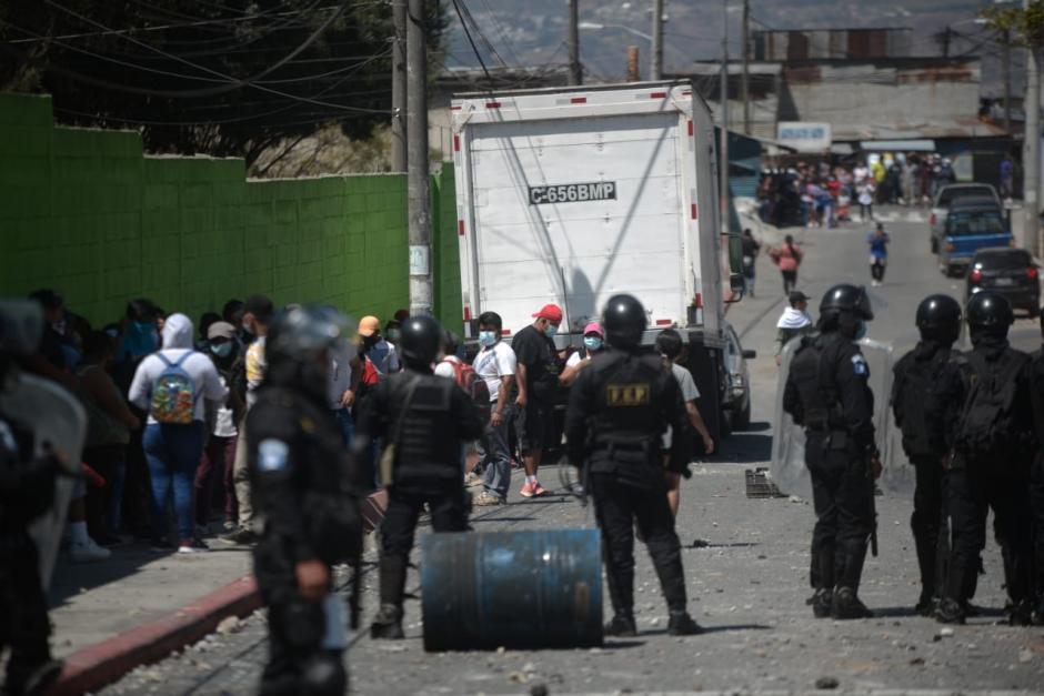 La PNC se encuentra en la zona 21 intentando retirar a los invasores. (Foto: Wilder López/Soy502)