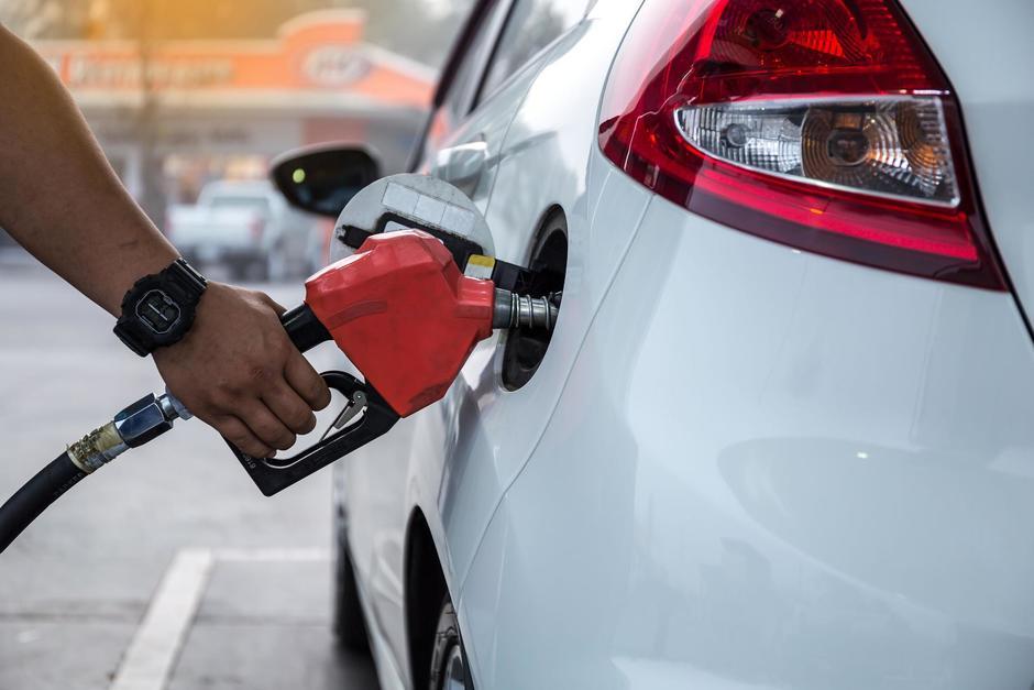 Según el Ministerio de Energía y Minas, los combustibles continuarán al alza en los próximos días. (Foto: Archivo/Soy502)