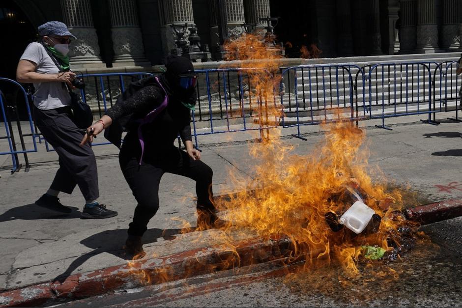 Durante la marcha, un grupo de mujeres quemó piñatas frente al Palacio Nacional de la Cultura. (Foto: Johan Ordóñez/AFP)