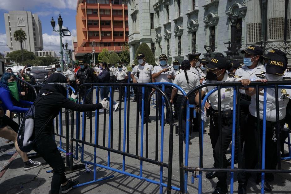 Frente al Palacio Nacional se encontraba una barricada y agentes de la PNC. Las manifestantes los obligaron a retirarse. (Foto: Johan Ordóñez/AFP)