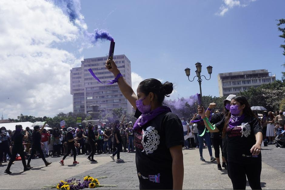 """""""En la Plaza de las Niñas"""" permanece un altar en honor a las menores ya que murieron el 8 de marzo de 2017. (Foto: Johan Ordóñez/AFP)"""