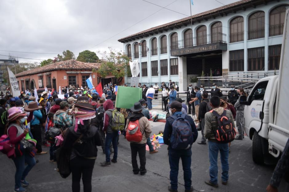 Personas del Comité de Unidad Campesina protestan frente a la CC por designación de magistrados del Congreso.. (Foto: Wilder López/Soy502)