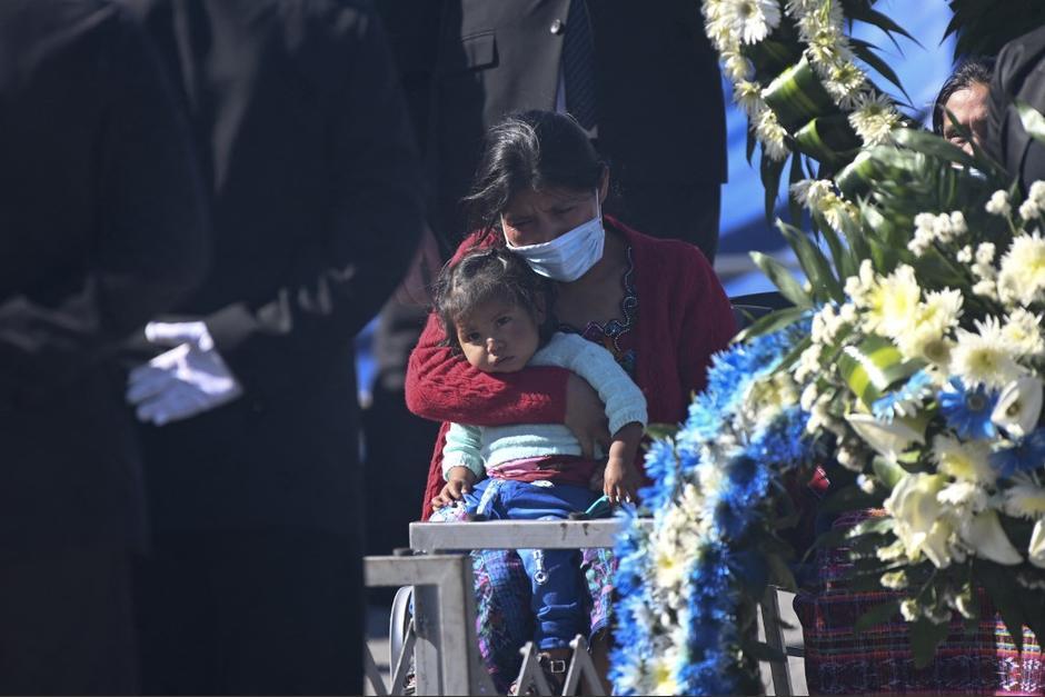 Los familiares de las 16 víctimas esperaron en la pista del aeropuerto La Aurora para recibir los restos de su familia. (Foto: Johan Ordóñez/AFP)