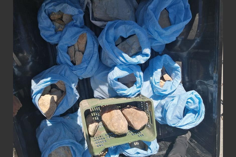 Varios costales con jade fueron incautados en Morales, Izabal. (Foto: PNC)