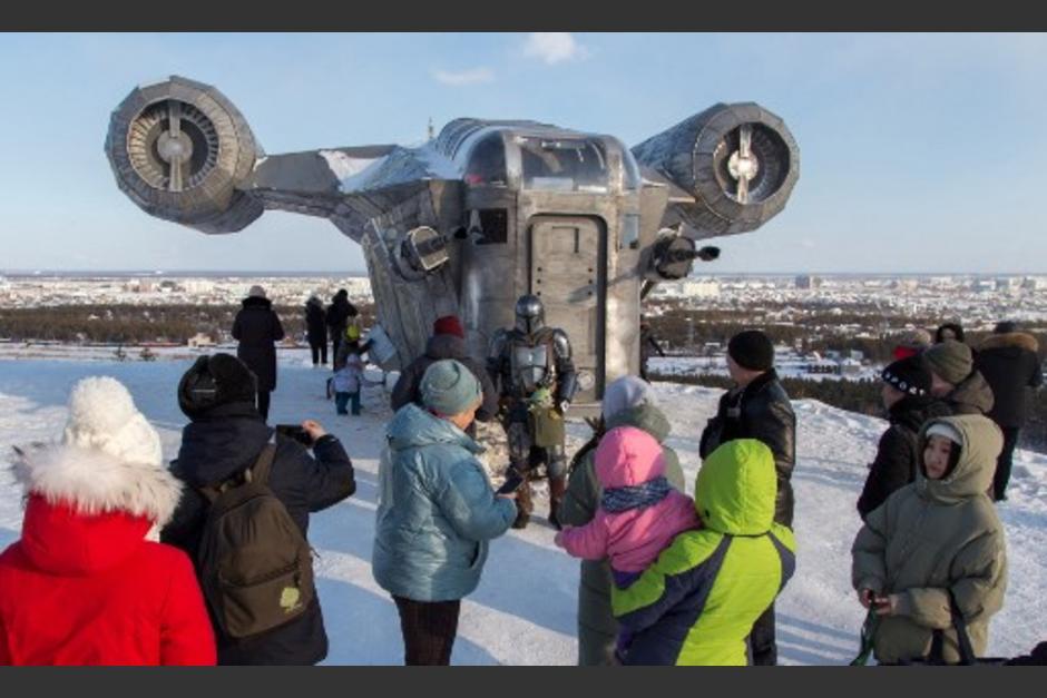 Gente ha llegado a ver la réplica de la nave. (Foto: AFP)