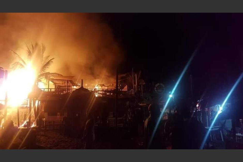 El incendio consumió varios locales comerciales en el sector. (Foto: Canal 17 Jutiapa)