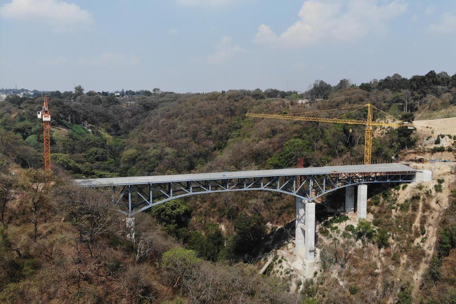 El puente de 185 metros de largo servirá para conectar la zona 21 con una carretera privada. (Foto: Jorge Rojas / Soy502)