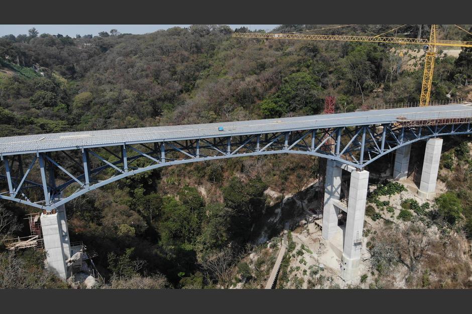 La empresa Aceros Arquitectónicos fue la encargada de construir la base de metal del enorme puente. (Foto: Jorge Rojas / Soy502)