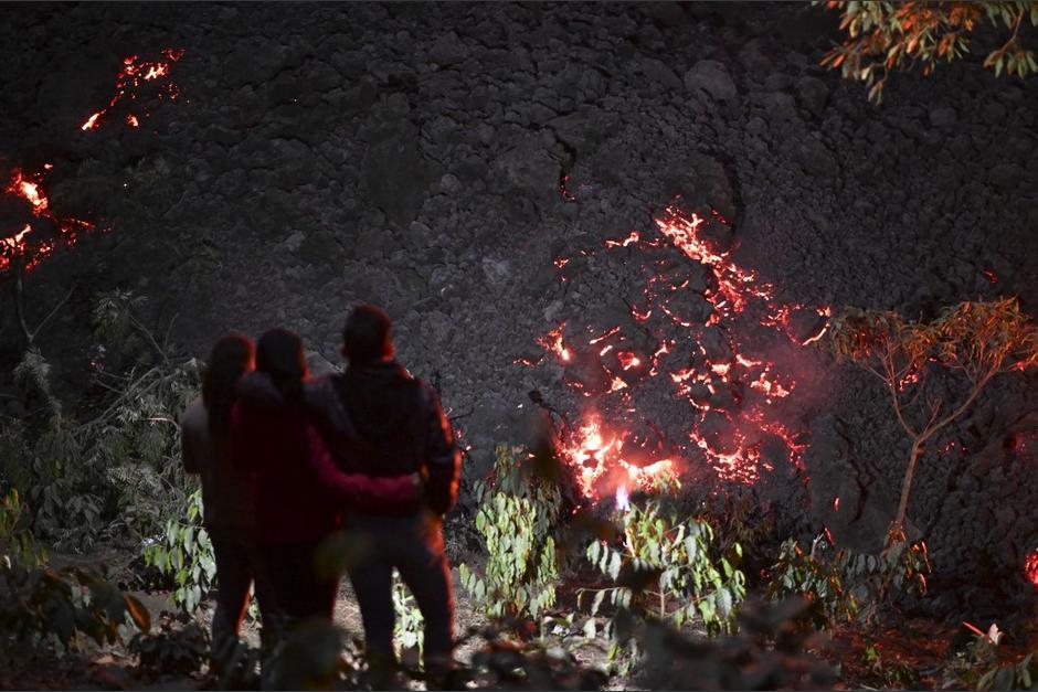 Algunas personas visitan el área para apreciar la actividad volcánica. (Foto: Johan Ordóñez/AFP)