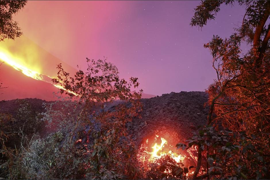 El espectáculo nocturno observado desde la aldea El Patrocinio, en Escuintla. (Foto: Johan Ordóñez/AFP)