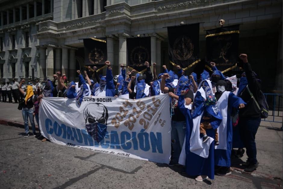 El Comité de Huelga de Comunicación se hizo presente frente al Palacio Nacional. (Foto: Wilder López/Soy502)