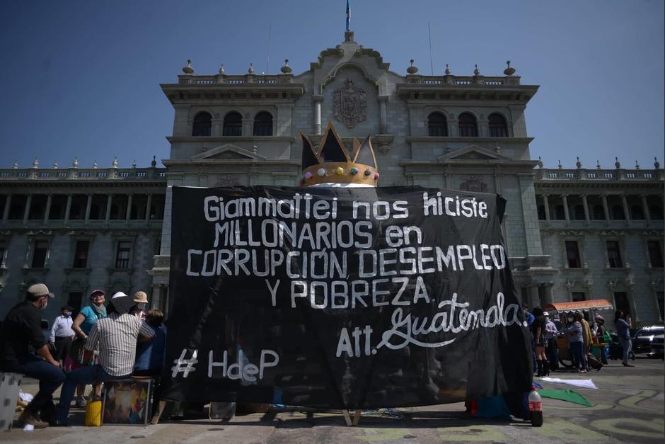Algunos sancarlistas se acercaron a la Plaza de la Constitución para celebrar la Huelga de Dolores. (Foto: Wilder López/Soy502)