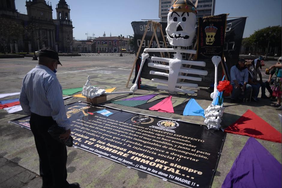 Varios guatemaltecos se acercan para conocer más sobre la manifestación. (Foto: Wilder López/Soy502)