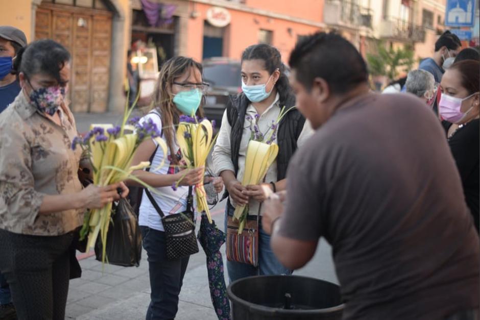 Feligreses comprando ramos en la ciudad de Guatemala. (Foto: Wilder López/Soy502)