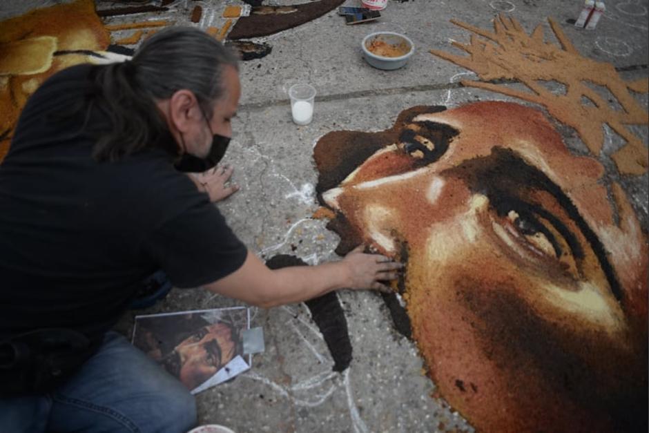El colectivo Chucho Callejero realiza la obra de arte efímera sobre la 11 avenida de la zona 1. (Foto: Wilder López/Soy502)