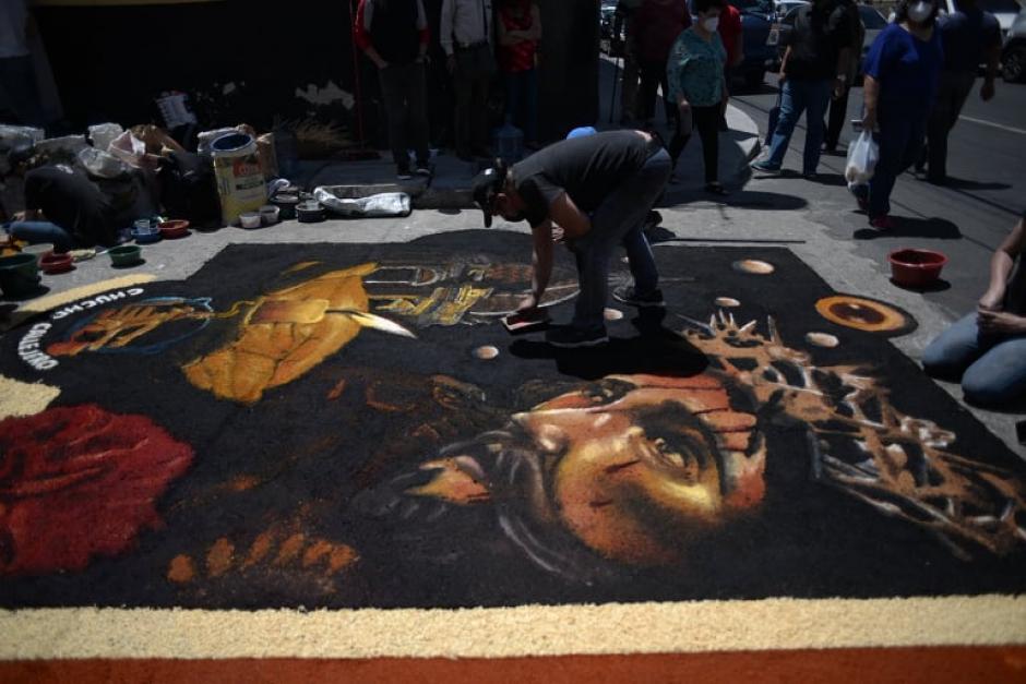 Vista de la alfombra casi terminada. (Foto: Wilder López/Soy502)