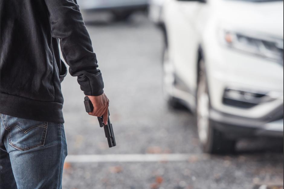Dos jóvenes fueron captados mientras asaltaban al conductor de un carro. (Foto: Ilustrativa/Shutterstock/Soy502)
