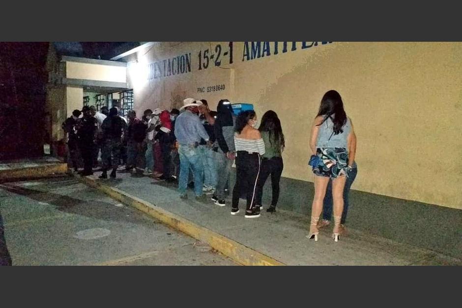 Los detenidos en una fiesta fueron enviados a la sede de la comisaría en Amatitlán. (Foto: PNC)