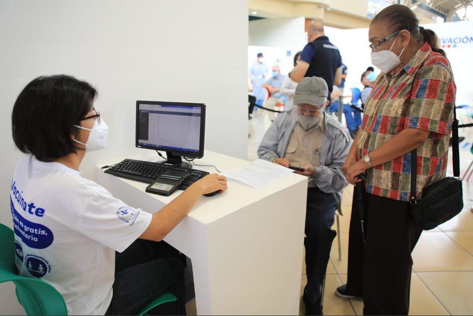 La segunda fase de vacunación inició este martes 4 de mayo con los adultos mayores de 80 años. (Foto: Presidencia)