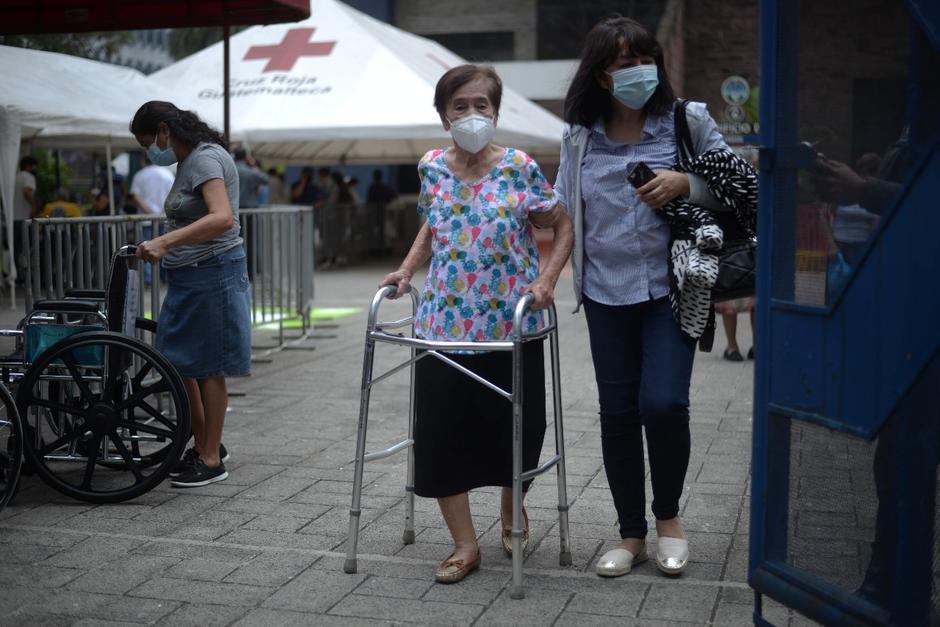 Los adultos mayores deben registrarse en la página del Ministerio de Salud y esperar el mensaje de texto donde se les cita para ser vacunados. (Foto: Wilder López/Soy502)