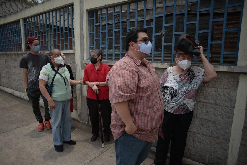 Alrededor de mil personas mayores de 70 años fueron convocadas para acudir al centro de vacunación del CUM. (Foto: Wilder López/Soy502)