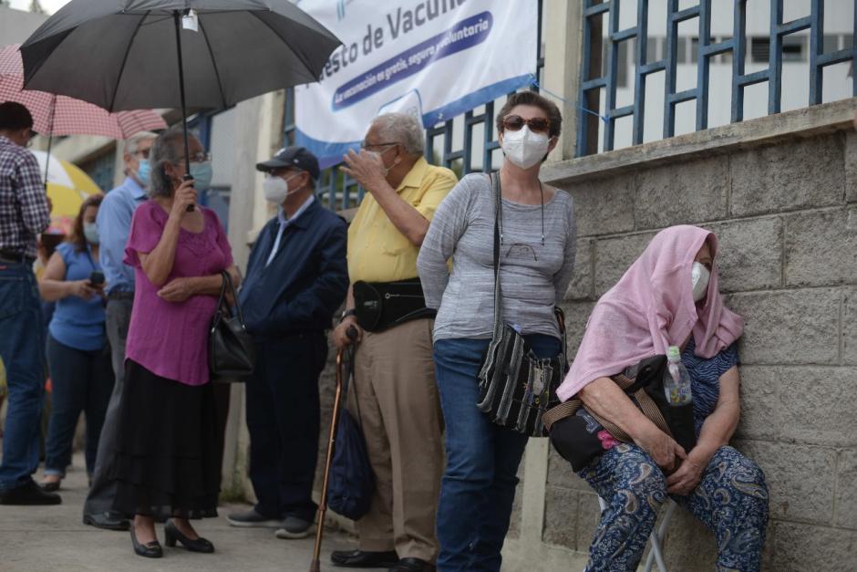 Bajo el sol transcurrió la espera para los adultos mayores que acudieron a vacunarse al Centro Universitario Metropolitano (CUM) en zona 11. (Foto: Wilder López/Soy502)