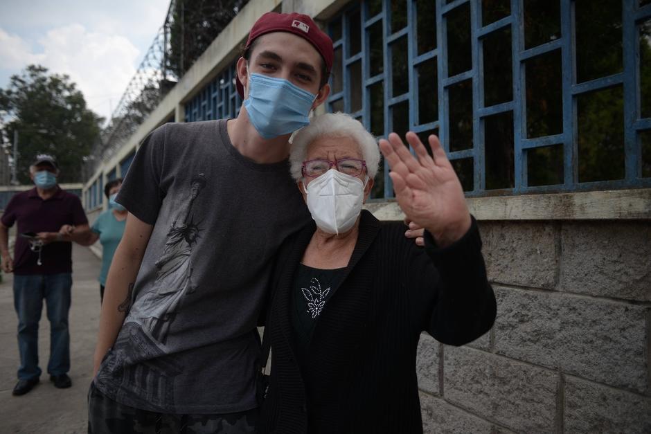 Aura Alvarado fue acompañada al centro de vacunación por su nieto David Boesche. (Foto: Wilder López/Soy502)