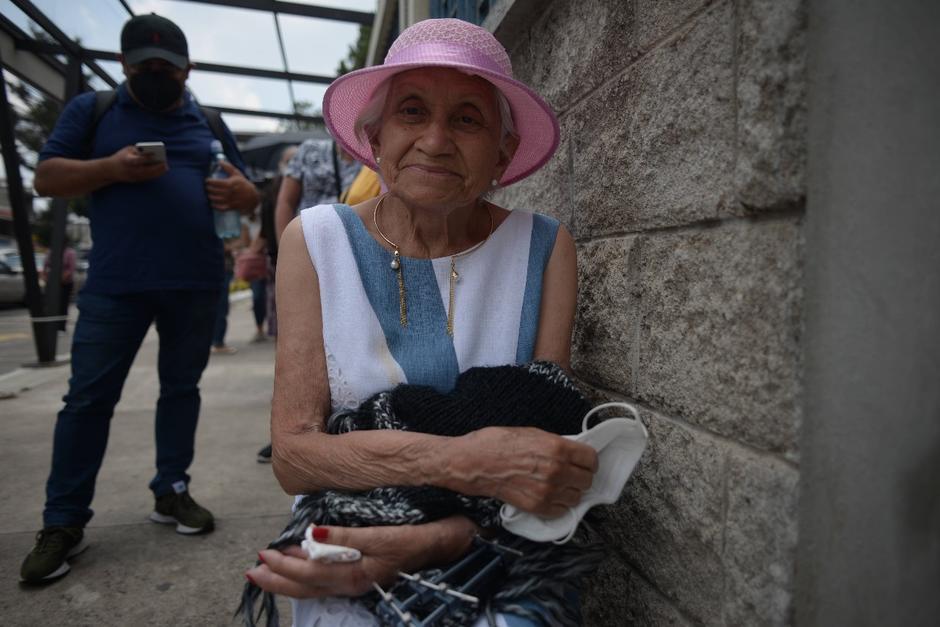 Rebeca Torres de 90 años fue acompañada de su hijo Oscar Herrera Torres. (Foto: Wilder López/Soy502)