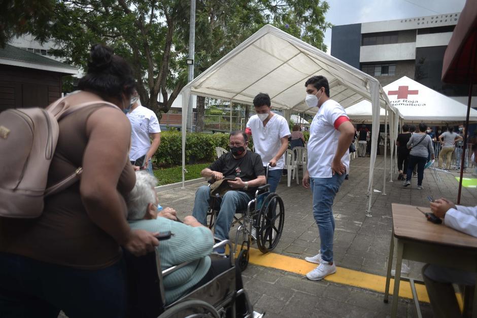Los adultos que acuden en sillas de ruedas tienen prioridad para el ingreso. (Foto: Wilder López/Soy502)