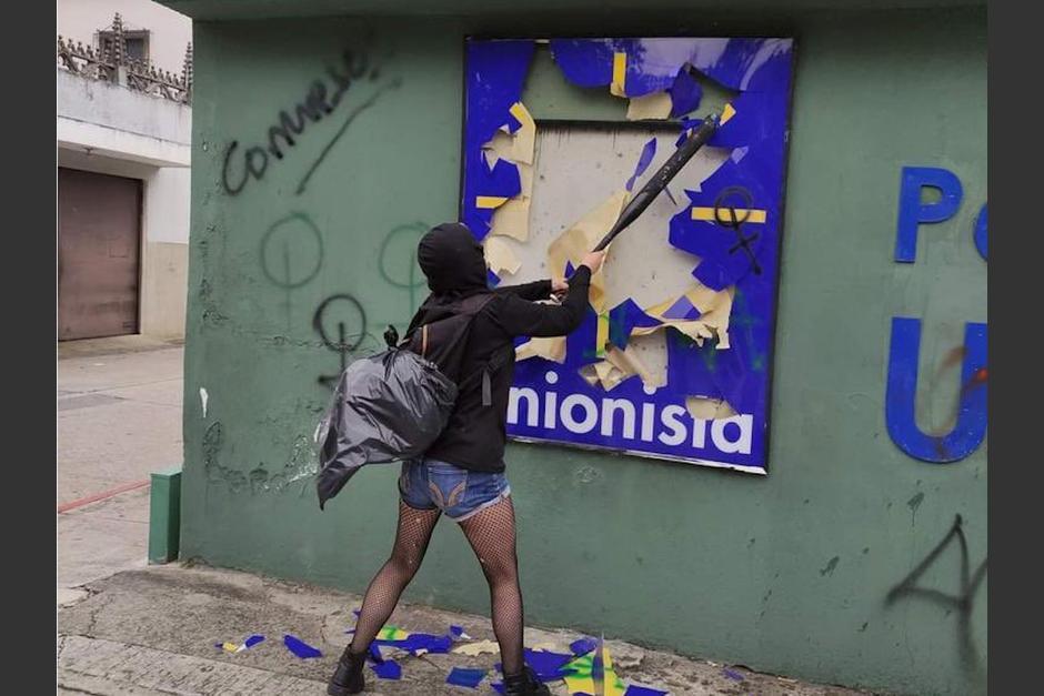 Manifestantes realizaron destrozos en la sede Unionista durante la protesta para exigir vacunas del sábado 8 de mayo. (Foto: Twitter/Álvaro Arzú)