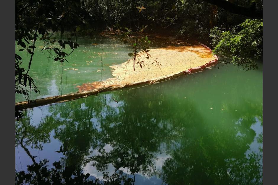 Una cisterna que transportaba aceite tuvo un accidente y derramó aceite en un río de Lívingston, Izabal. (Foto: Marn)