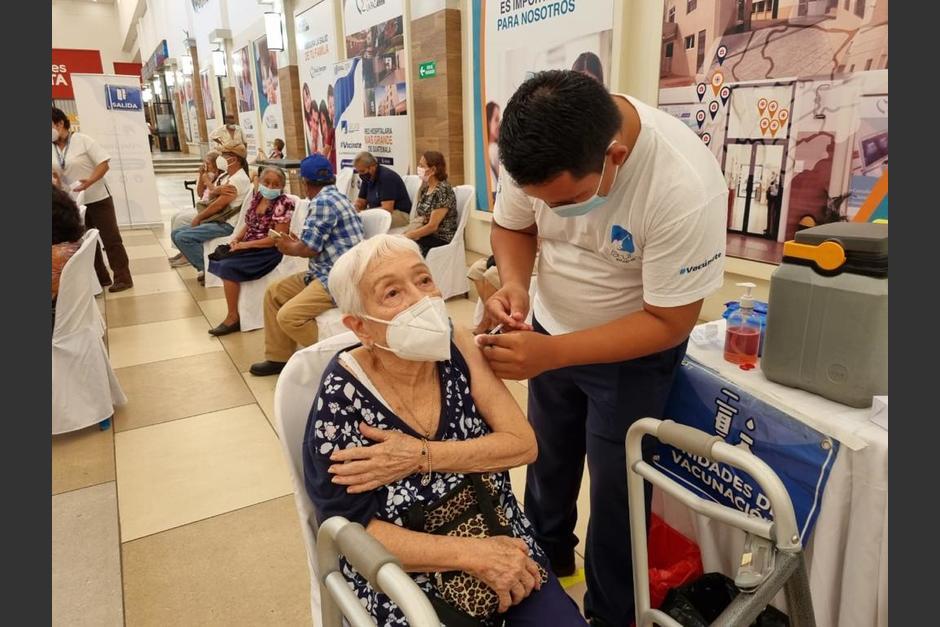 Los puestos de vacunación para personas de la tercera edad comenzaron a funcionar a partir del 4 de mayo. (Foto: MSPAS)