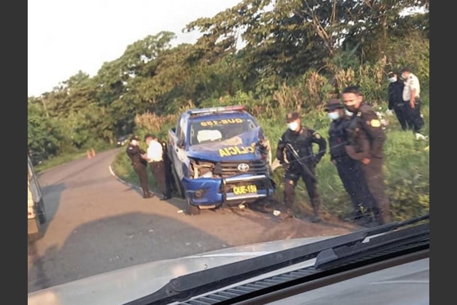 Una patrulla de la PNC chocó contra un microbús la madrugada de este martes entre Coatepeque y Colomba. (Foto: Stereo100 Noticias)