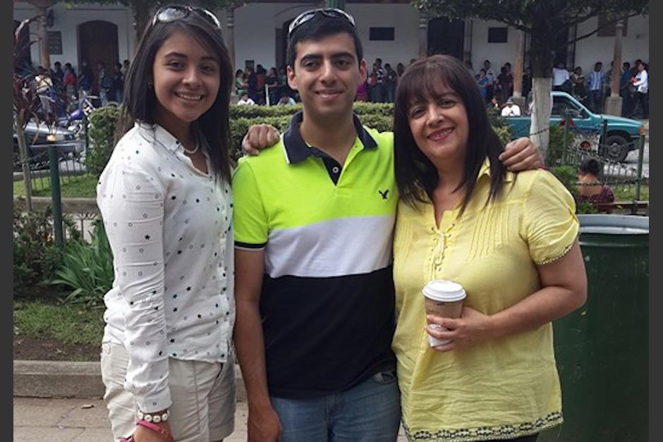 La ministra de Educación, Claudia Ruiz, junto a sus hijos Claudia Estrada, quien trabaja con ella en el Mineduc; y Braulio Emmanuel Estrada Ruiz, asesor del ministro de Economía, Antonio Malouf. (Foto: Facebook/Claudia Ruiz)