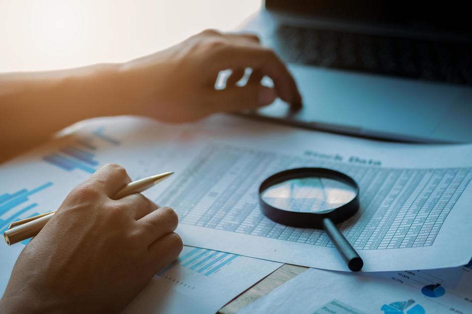 La SAT denunció a una empresa por simular facturas y con ello aumentar los costos para evadir impuestos hasta por Q700 mil. (Foto: Shutterstock)