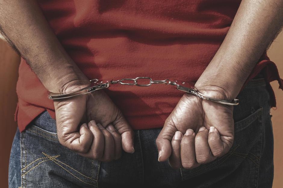 El guardia golpeó a su compañero de trabajo con una cacha de pistola. (Foto ilustrativa: Shutterstock)
