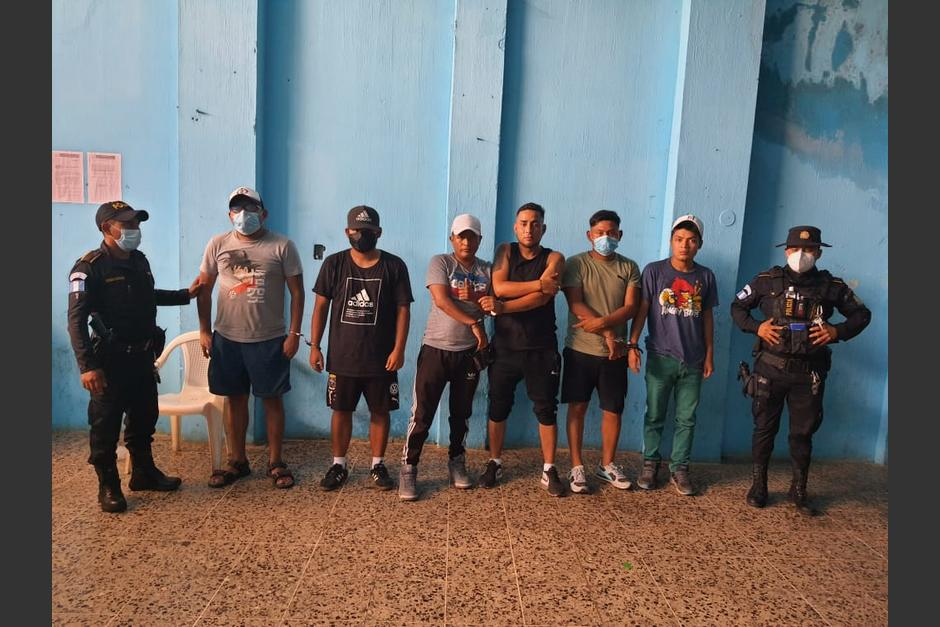 La PNC asegura que los detenidos se encontraban ebrios y escandalizaban en la vía pública. (Foto: cortesía)