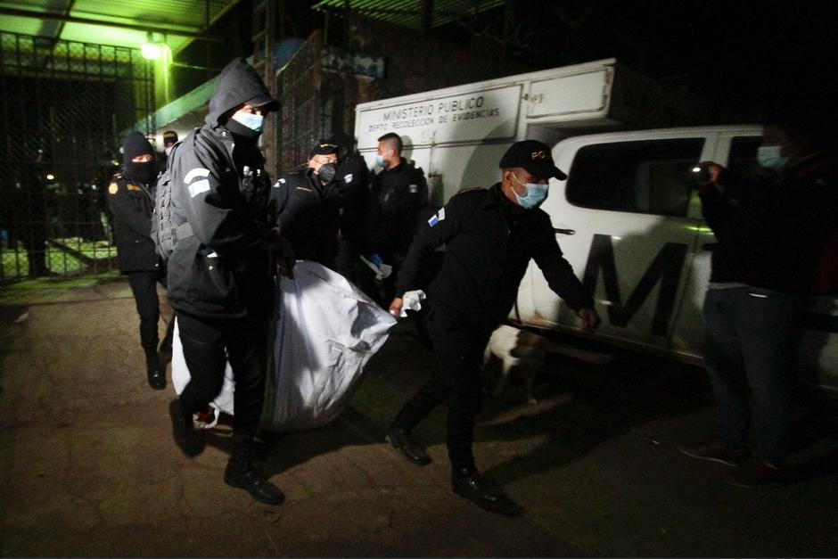 En horas de la noche los cuerpos fueron retirados de la prisión. (Foto: AFP)