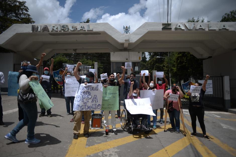Un grupo de personas manifiesta pacíficamente frente a la brigada Mariscal Zavala, en apoyo a Juan Francisco Solórzano Foppa y Aníbal Argüello. (Foto: Wilder López/Soy502)