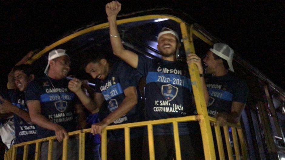 Los jugadores recorrieron el municipio en un bus. (Foto: Miguel Juárez/Soy502)