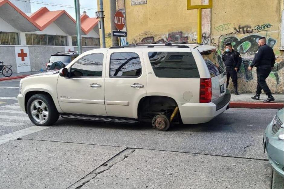 El vehículo en el que se transportaba el director del Sistema Penitenciario sufrió un accidente en la zona 1. (Foto: Stereo100)