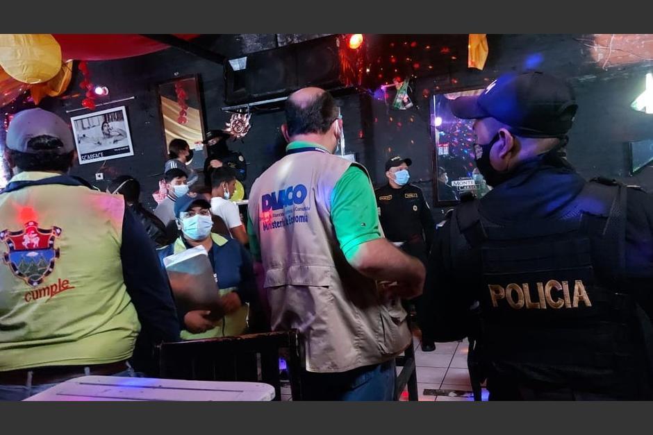 El bar se encontraba lleno cuando las autoridades llegaron. (Foto: Mingob)
